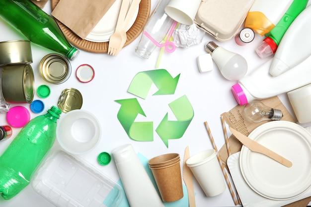 Müll- und recycling-schild auf einer farbigen hintergrund-draufsicht