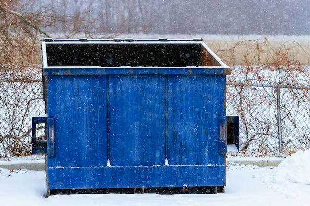 Mülleimer an der straßenseite im winter mit offener lippe