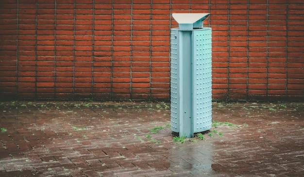 Mülleimer an einem regnerischen tag