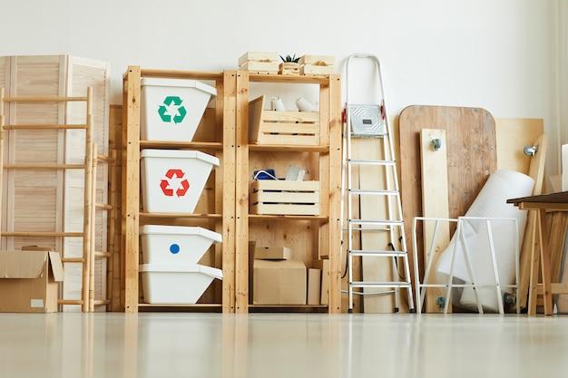 Mülleimer auf den holzregalen im lagerhaus