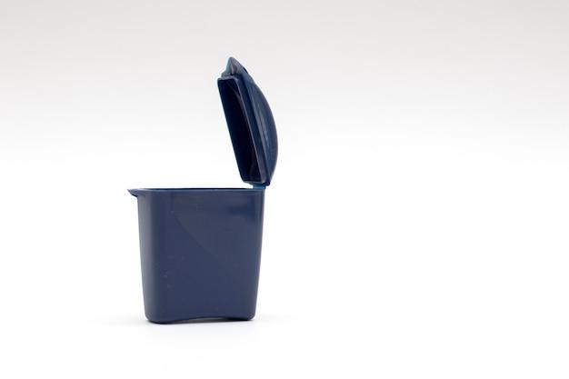 Mülleimer aus kunststoff. kleines modell des müllsammelbehälters auf einem sauberen weißen hintergrund