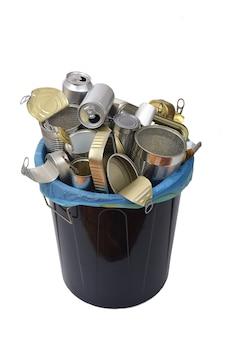Mülleimer (blechdose essen und trinken) voll dosen auf weiß