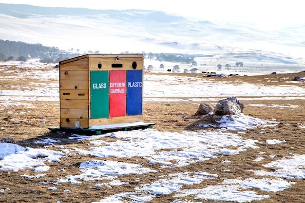 Mülleimer der abfalltrennung im freien in lakke baikal in russland. insel olchon