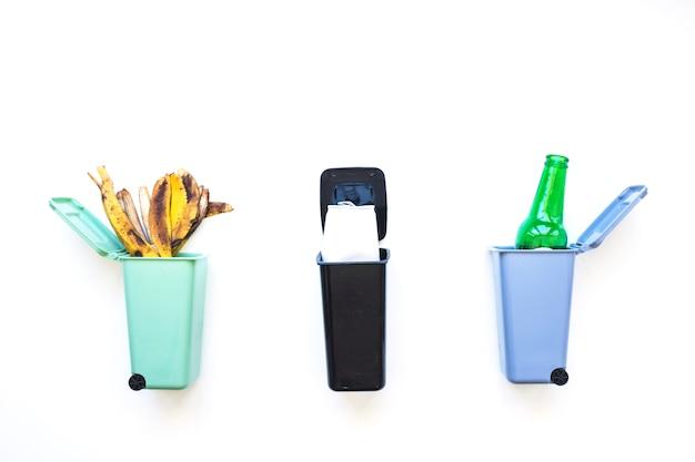 Mülleimer mit sortiertem müll