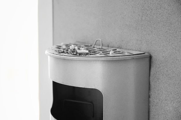 Mülleimer mit zigarettenkippen, drinnen