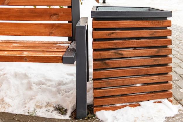 Mülleimer und bank aus holz, modernes design und stil der stadtlandschaft.