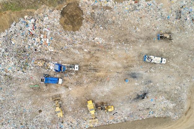 Müllhaufen in müllkippe oder mülldeponie.