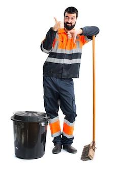 Müllmann macht gut-schlechtes zeichen