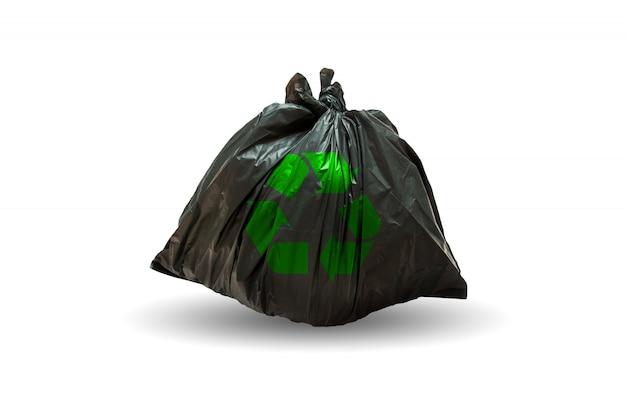 Müllsäcke mit recycling-symbol auf weißem hintergrund