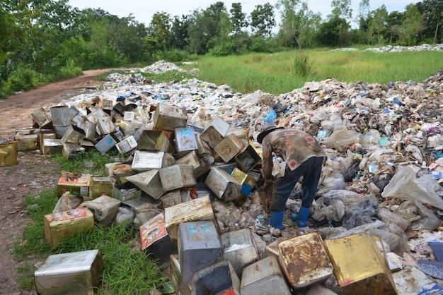 Mülltrennungsabfall der arbeitskraft an der müllgrube.