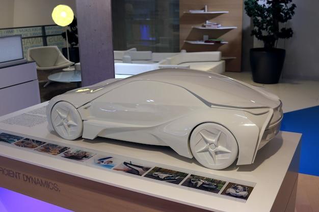 München, bayern, deutschland - 1. juli 2015: moderne autos im bmw museum und welt in münchen