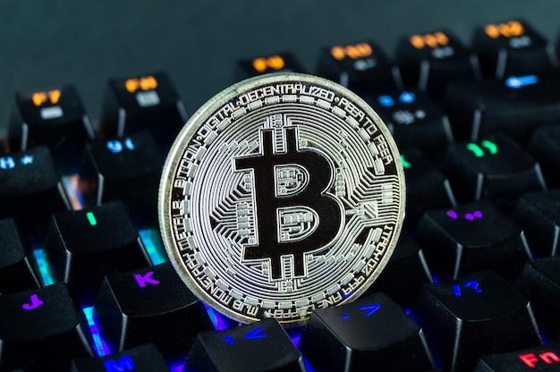 Münz-kryptowährung-bitcoin-nahaufnahme der farbcodierten tastatur.