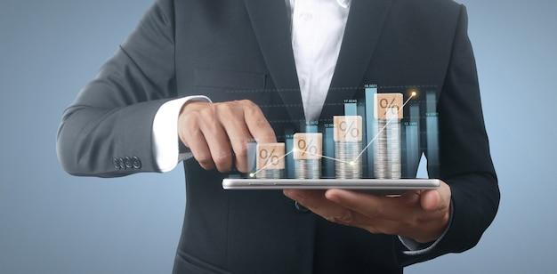 Münz- und vermögenskonzept. viel geld auf glas, das smartphone darstellt