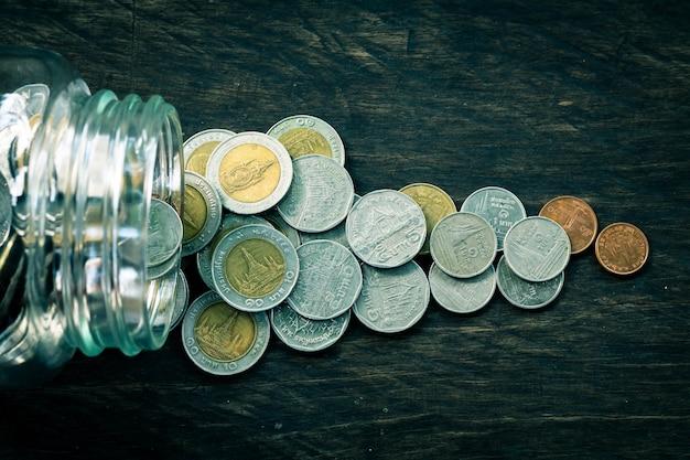 Münze auf hölzernem hintergrund, konzept sparen geld während der zukunft.