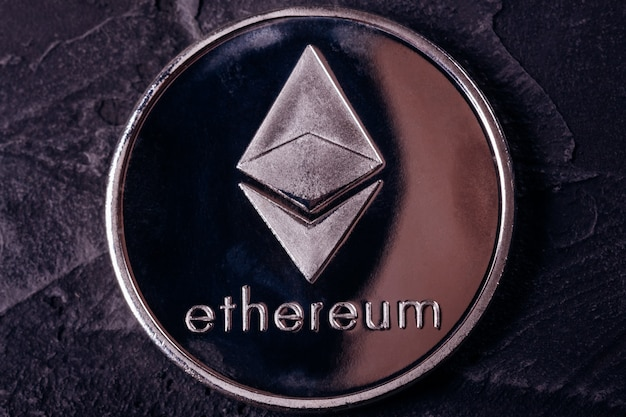 Münze der kryptowährung nah oben vom äthereum