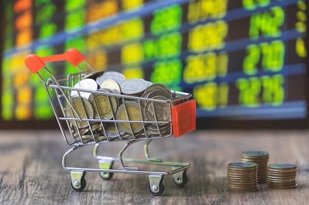 Münze im einkaufswagen mit börsevorstand