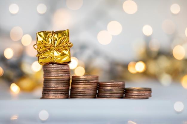 Münze treppensteigen mit weihnachtsfeiertag präsentieren funkelnden und glänzenden hintergrund