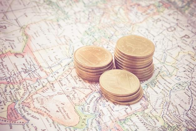 Münze und eine karte mit retro- weinleseart des filtereffektes