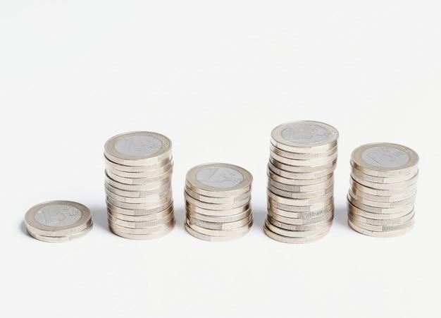 Münzen auf holztisch