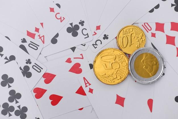 Münzen auf spielkarten. alles steht auf dem spiel