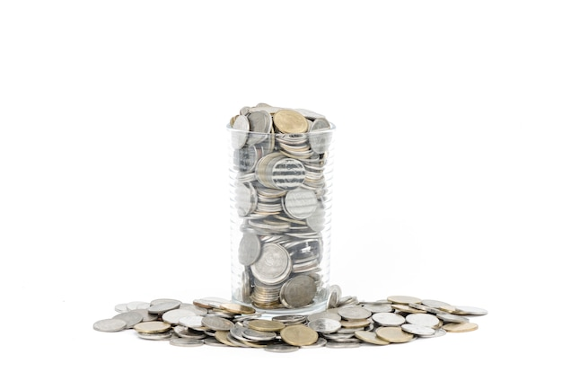 Münzen auf weißem hintergrund