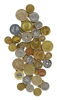 Münzen aus verschiedenen ländern auf weiß