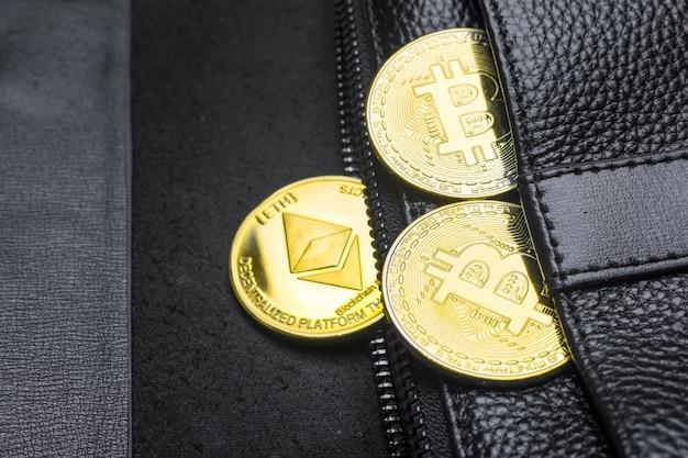 Münzen bitcoin (btc), im portemonnaie. blockchain.intarnational währung. ansicht von oben. e-business. flach liegen