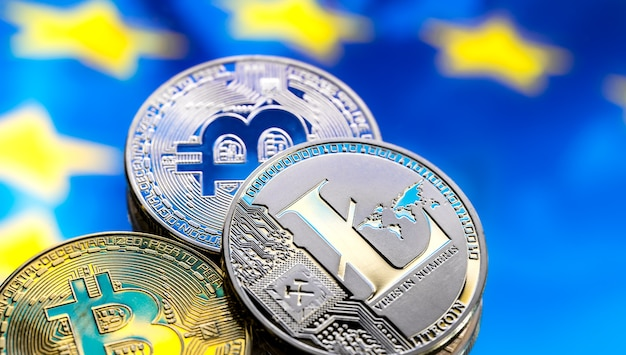 Münzen bitcoin und litecoin vor dem hintergrund europas. konzept des virtuellen geldes