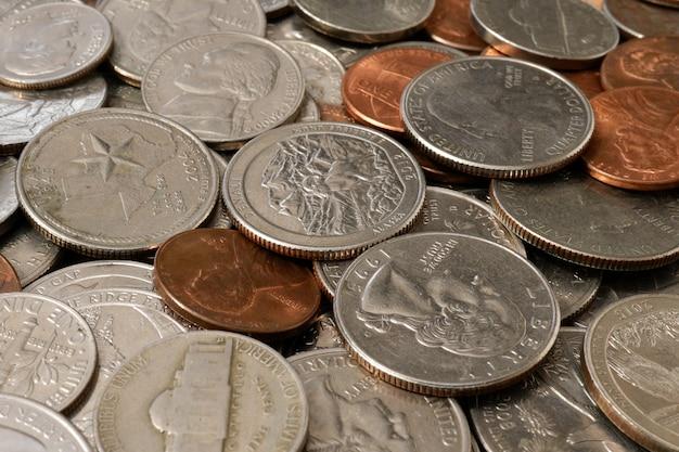Münzen der amerikanischen cents der verschiedenen bezeichnungen. finanzieller hintergrund.
