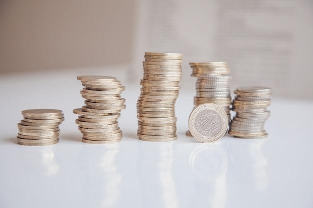 Münzen der türkischen lire auf dem weißen hintergrund. reichtum-konzept. metallmünzen.