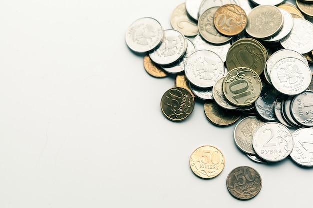 Münzen getrennt auf weißem hintergrund