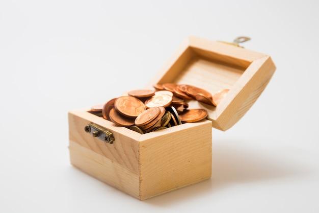 Münzen in der brust. konzept für business und sparen