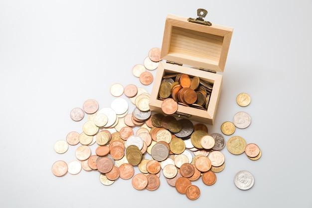 Münzen in der brust. konzept für geschäft und sparen