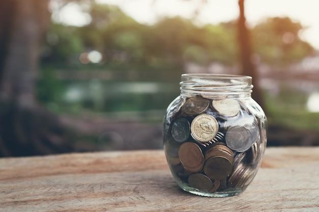Münzen in der flasche, wachsendes konzept des geldes und der zielerfolg.