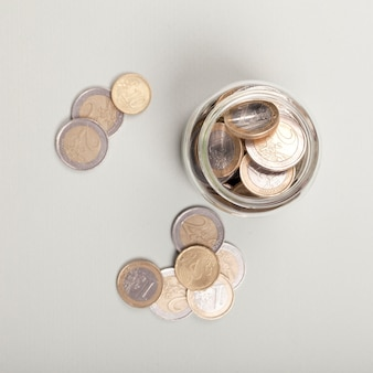 Münzen in einem glas flach lagen