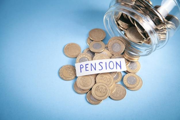 Münzen in einem glasgefäß. die pension