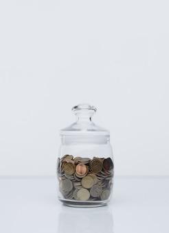 Münzen in einer glasbank. einzahlungskonzept