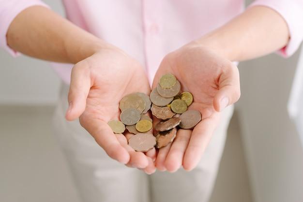 Münzen in männlicher hand. geld sparen konzept.