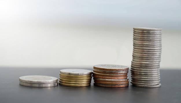 Münzen in verschiedenen stapeln angeordnet