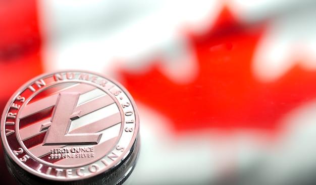 Münzen litecoin, vor dem hintergrund der kanadischen flagge, konzept des virtuellen geldes, nahaufnahme.