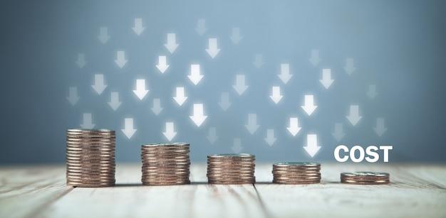 Münzen mit einem kostentext und abwärtspfeilen.