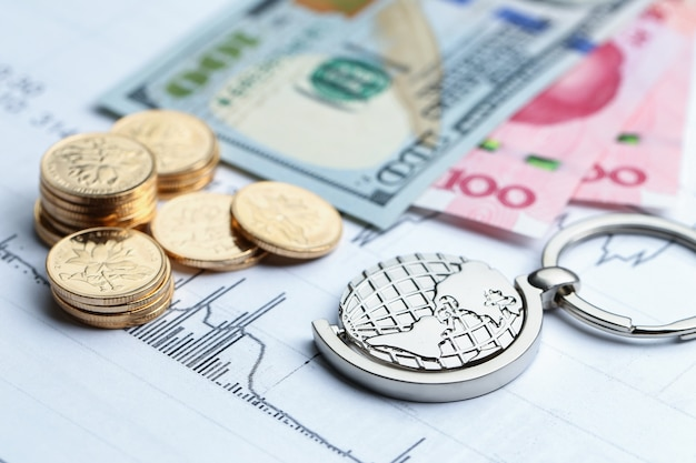 Münzen, papiergeld und globus auf weiß statistische form hintergrund