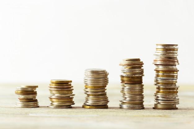 Münzen stapeln auf holztisch