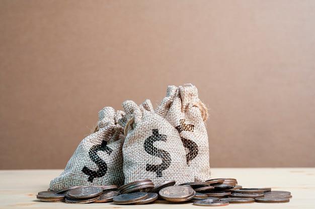 Münzen stapeln und haufen von us-dollar in der tasche.