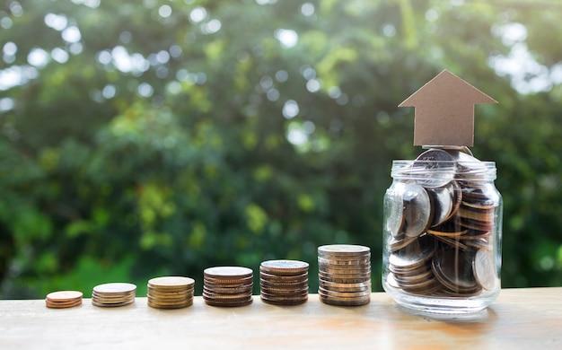 Münzen stapeln und sparen geld für geschäfts- und finanzkonzeptidee aufwachsen