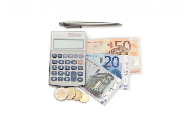 Münzen und bargeld mit stift und taschenrechner