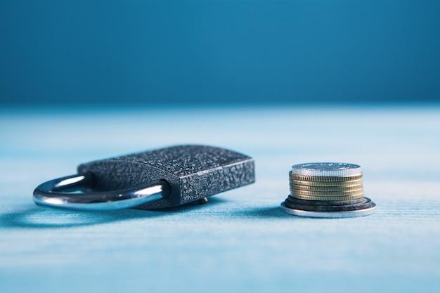Münzen und schloss auf dem tisch