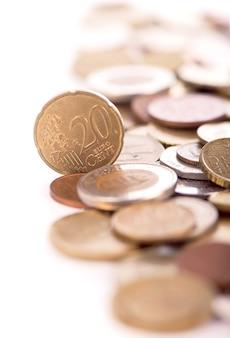 Münzen verschiedener länder auf weißem hintergrund.