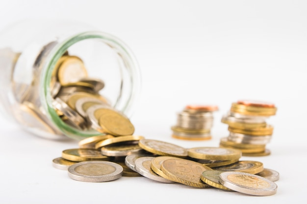 Münzen verstreut aus glas