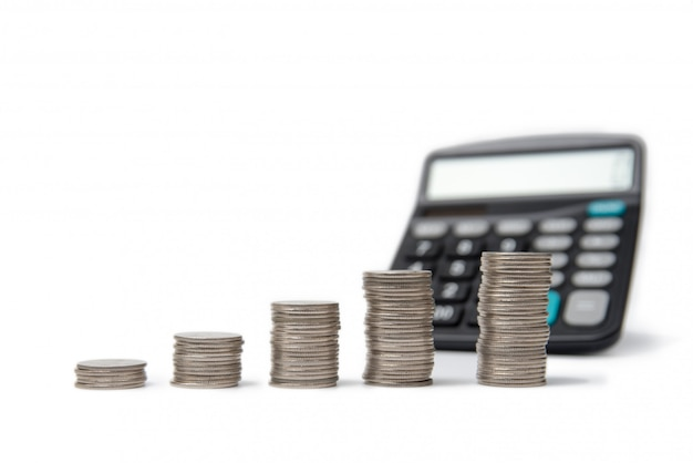 Münzenstapel und -rechner auf weiß.